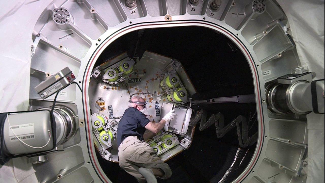 un astronaute entre dans le module gonflable de l u2019iss