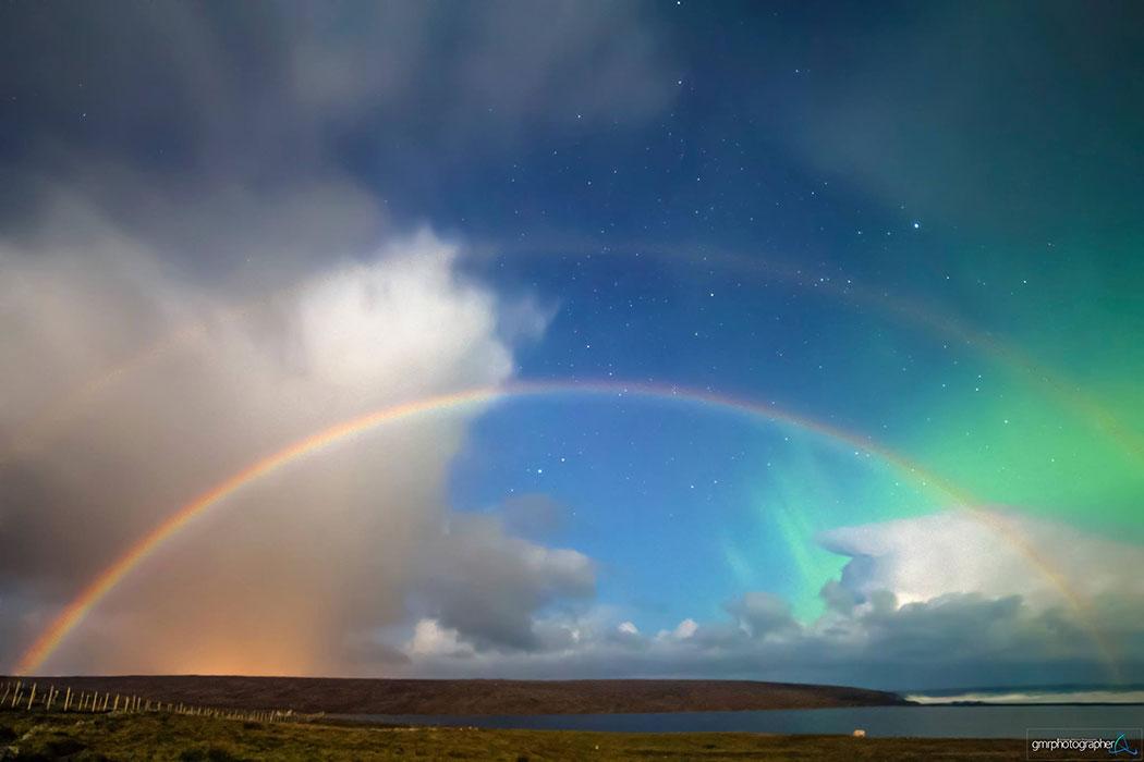 Un arc-en-ciel et une aurore boréale photographiés ensemble depuis  l'Ecosse. © G. Petricca
