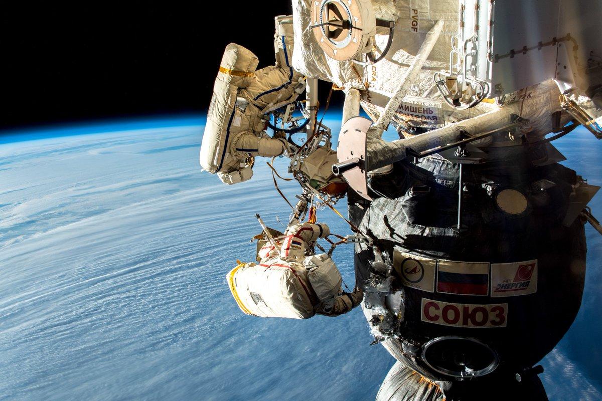 Deux astronautes enquêtent sur une fuite