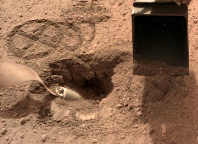 InSight - Mission d'exploration sur Mars - Page 25 The_pit_Sol_577_630-5f32