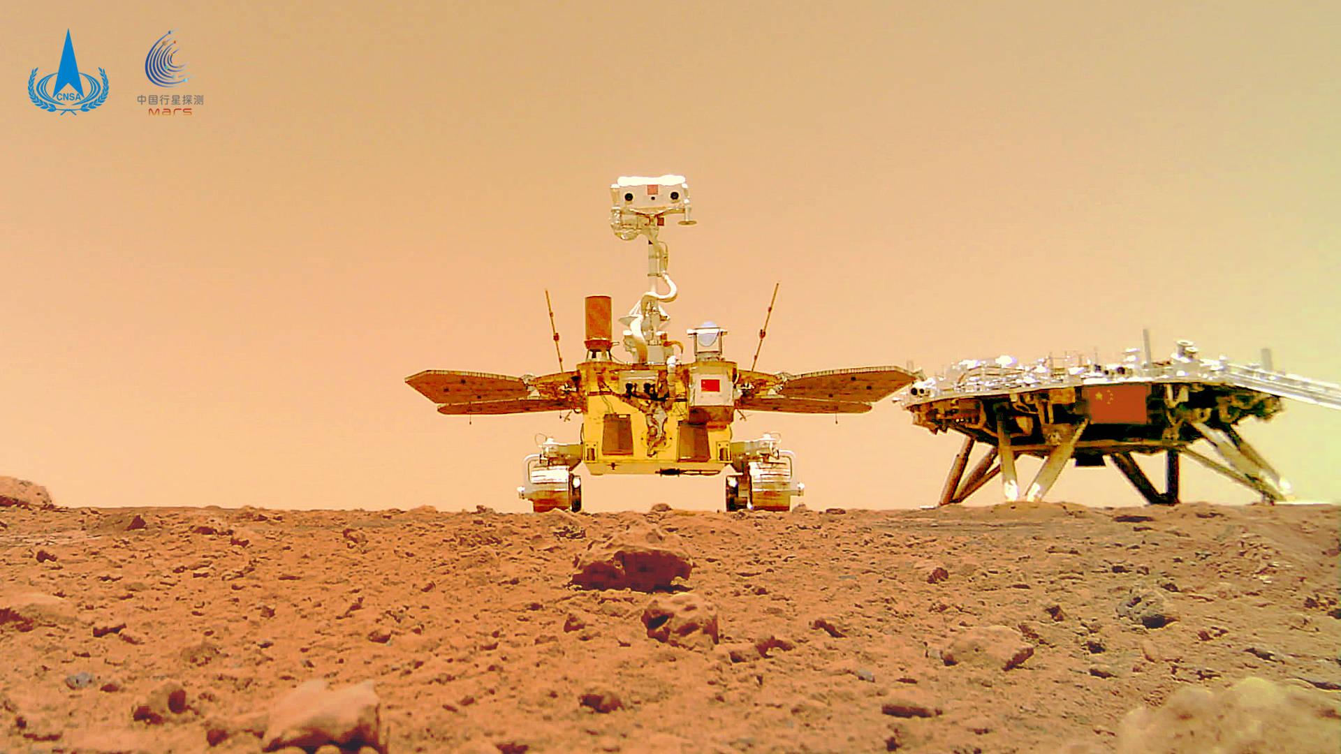 Le rover chinois Zhurong se photographie sur Mars près de son module d'atterrissage