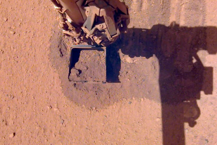 La sonde Insight nettoie ses panneaux solaires sur Mars