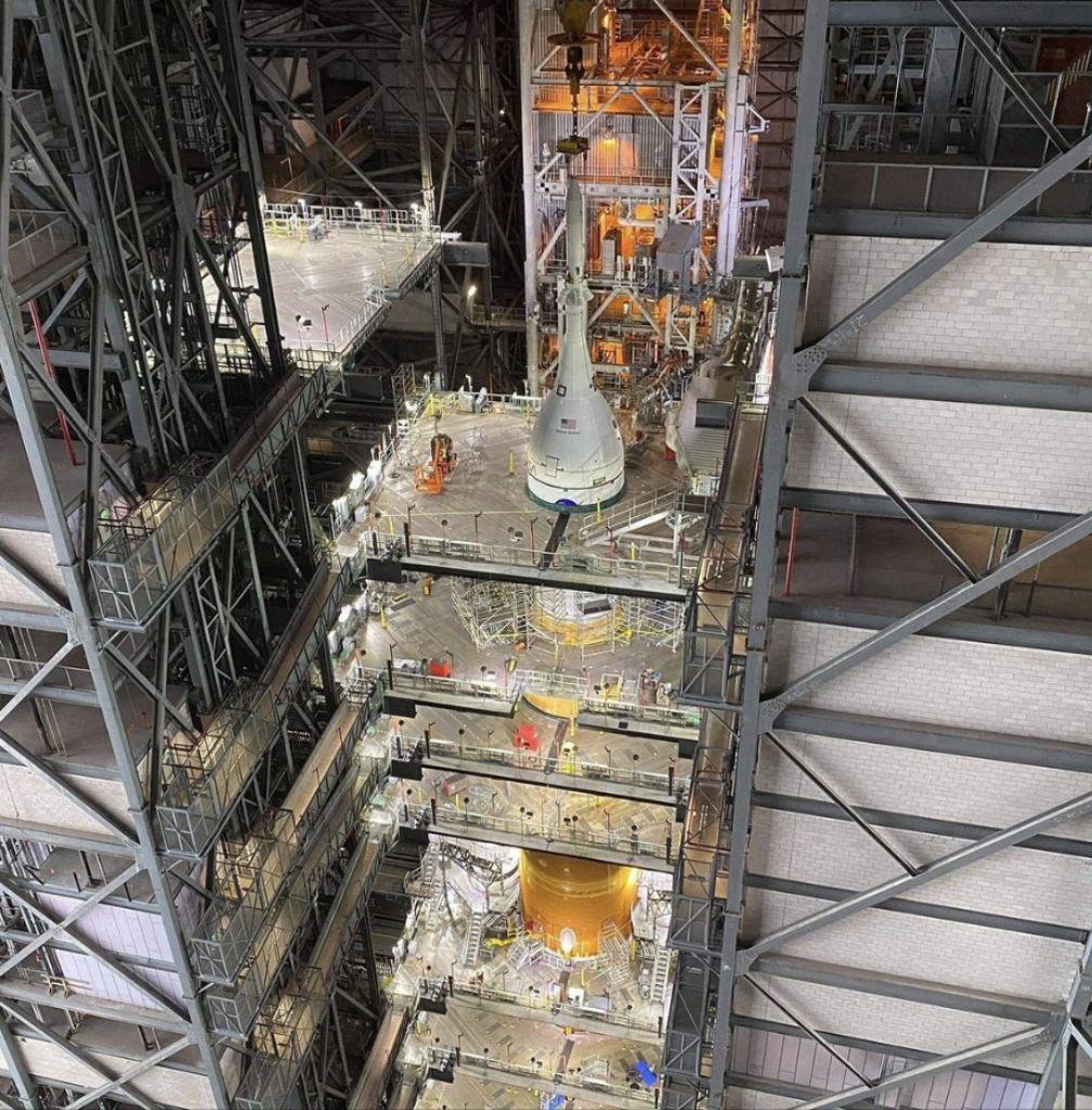 La première fusée lunaire SLS est au complet !