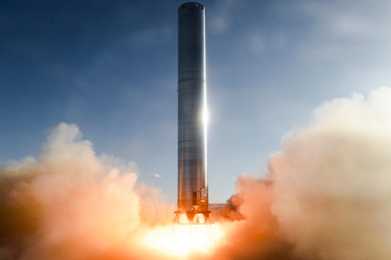 Le lanceur Super Heavy de Space X allume trois de ses moteurs
